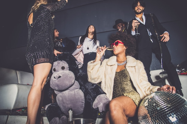 Vrienden die partij hebben in een nachtclub Premium Foto