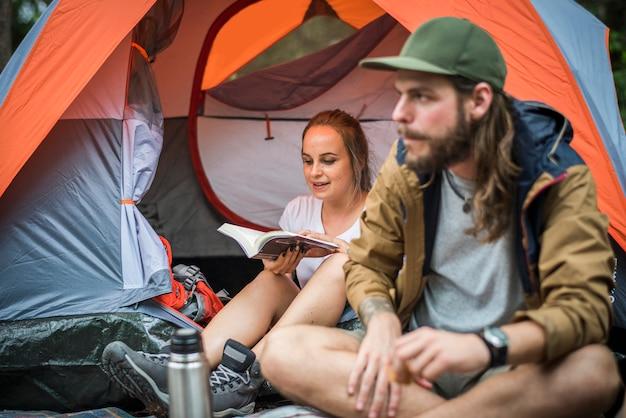 Vrienden die samen in het bos kamperen Premium Foto