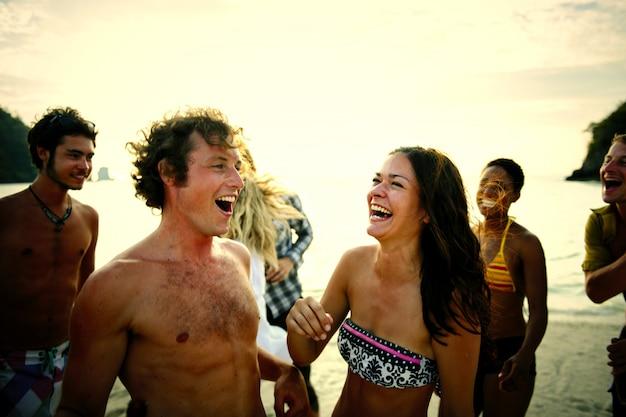 Vrienden die van een vakantie genieten op het strand Premium Foto