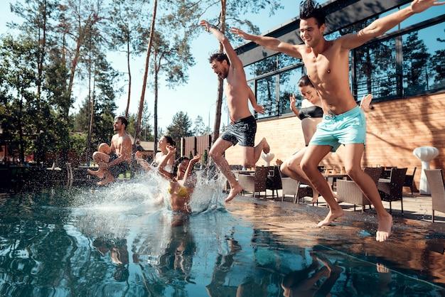 Vrienden die van openluchtpoolpartij genieten. zomervakantie concept Premium Foto
