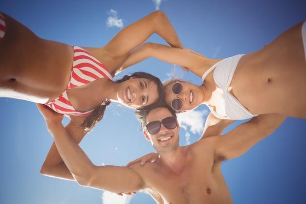 Vrienden die wirwar vormen tegen hemel Premium Foto