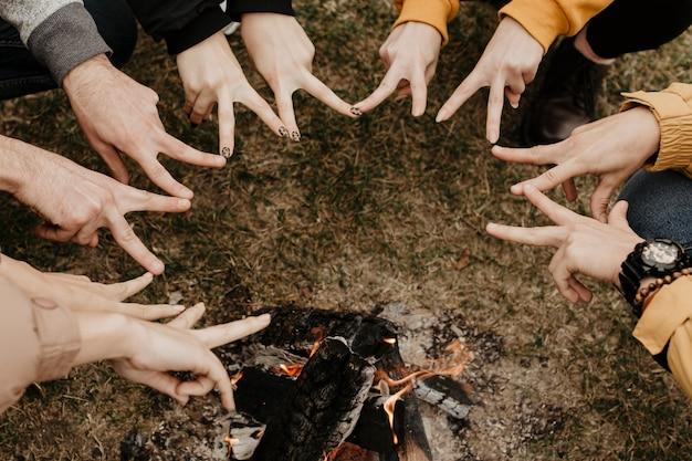 Vrienden doen stervorm met vingers Gratis Foto