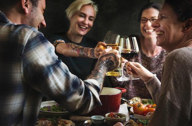 Vrienden genieten van een lekker diner Premium Foto