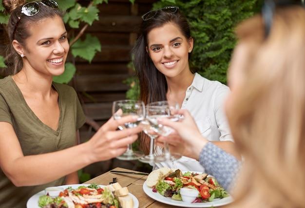 Vrienden genieten van een lunch in een restaurant Gratis Foto