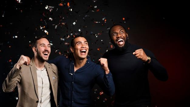 Vrienden genieten van hun tijd samen op nieuwjaarsfeest Gratis Foto