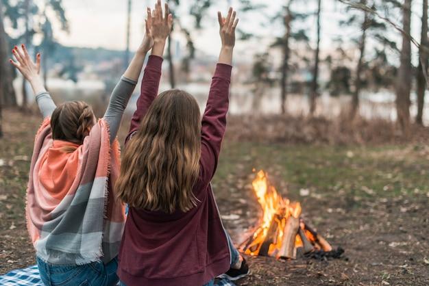 Vrienden genieten van tijd bij vreugdevuur Gratis Foto