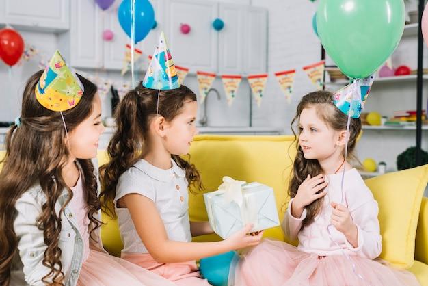 Vrienden Geven Cadeau Aan Hun Vriend Tijdens De Verjaardag