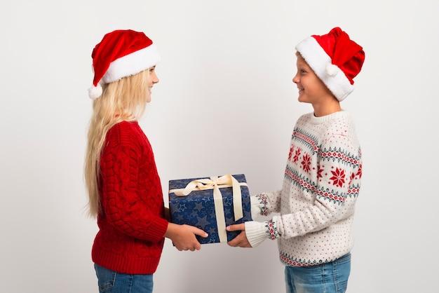 Vrienden geven kerstcadeaus Gratis Foto