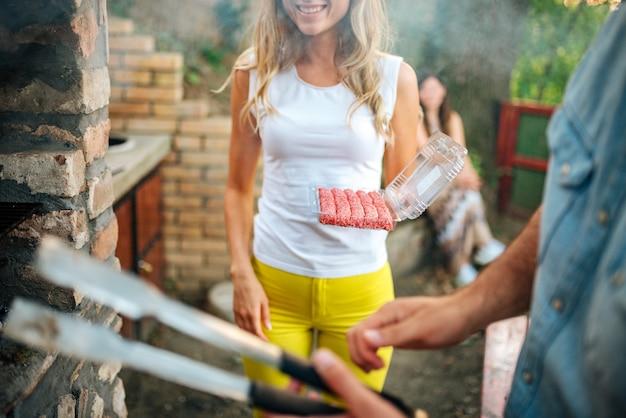 Vrienden hebben buiten een barbecuefeestje. detailopname. Premium Foto