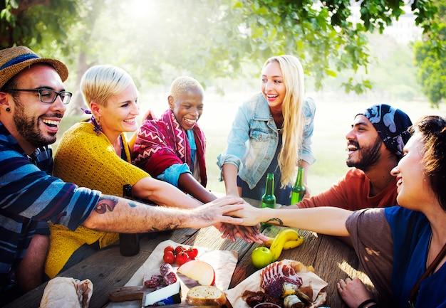 Vrienden hebben een feest in het park Premium Foto