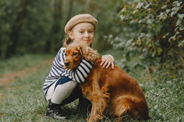Vrienden hebben plezier in de frisse lucht. kind in een blauwe jurk. Gratis Foto
