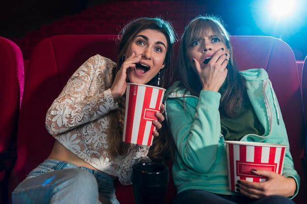Vrienden in de bioscoop Gratis Foto