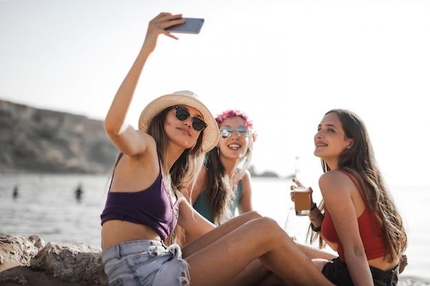 Vrienden in de zomer Premium Foto