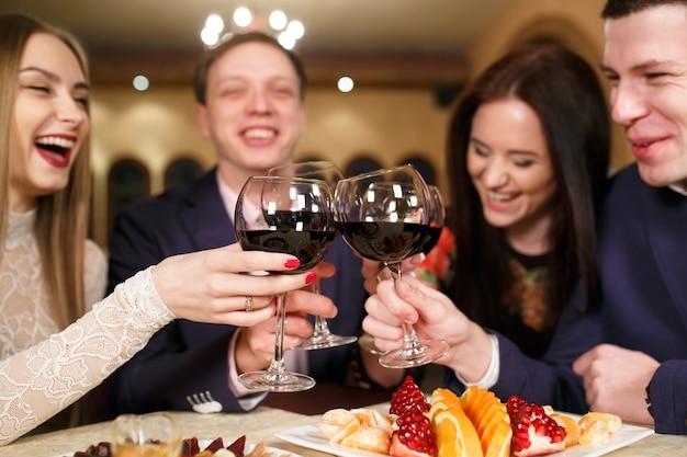 Vrienden in een restaurant dat wijn drinkt. Premium Foto