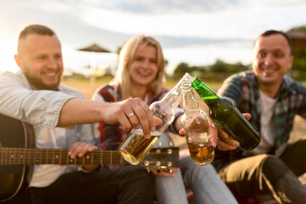 Vrienden juichen met een paar flessen bier Gratis Foto