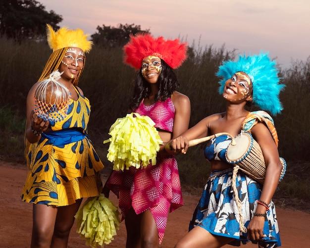 Vrienden kleedden zich 's nachts voor carnaval Gratis Foto
