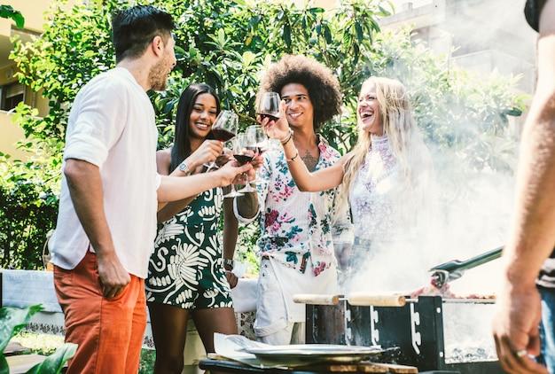 Vrienden maken barbecue in de tuin Premium Foto