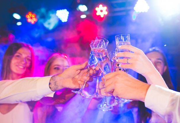 Vrienden met alcoholische dranken op een feestje. Premium Foto