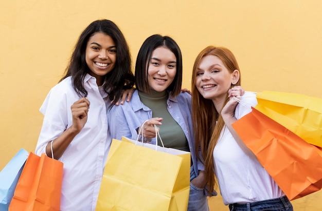Vrienden met boodschappentassen Gratis Foto