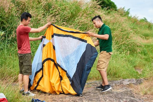 Vrienden met een tent camping Gratis Foto
