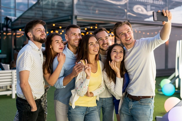 Vrienden nemen een selfie op een feestje Gratis Foto