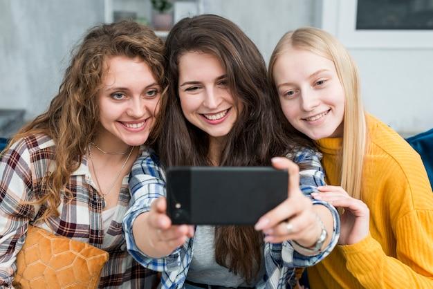 Vrienden nemen een selfie Gratis Foto
