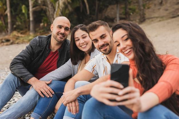 Vrienden nemen selfie Gratis Foto