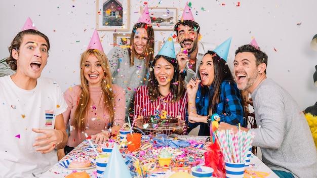 Vrienden op verjaardagsfeestje Gratis Foto