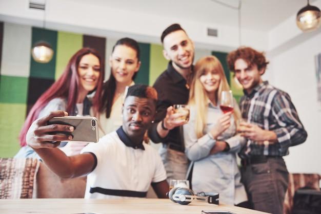Vrienden plezier hebben en selfie maken in restaurant Premium Foto