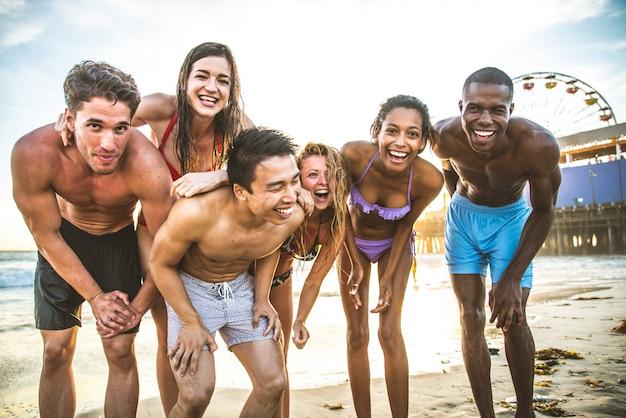 Vrienden plezier op het strand Premium Foto