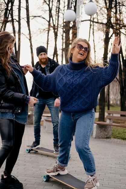 Vrienden plezier skateboarden buiten in het park Gratis Foto