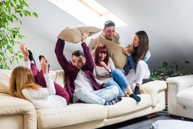 Vrienden plezier thuis Premium Foto
