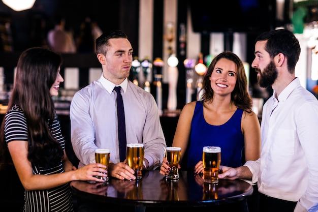 Vrienden praten en een biertje drinken in een bar Premium Foto