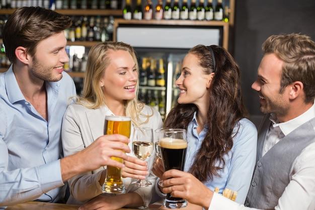Vrienden roosteren met dranken Premium Foto
