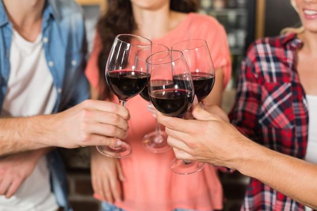 Vrienden roosteren met wijn Premium Foto
