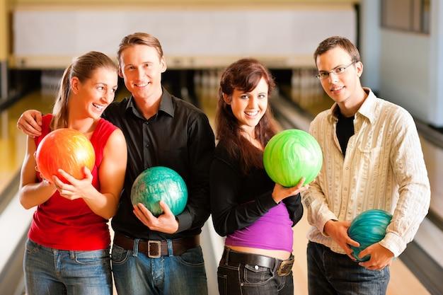 Vrienden samen bowlen Premium Foto