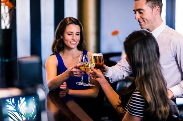 Vrienden samen roosteren in een bar Premium Foto
