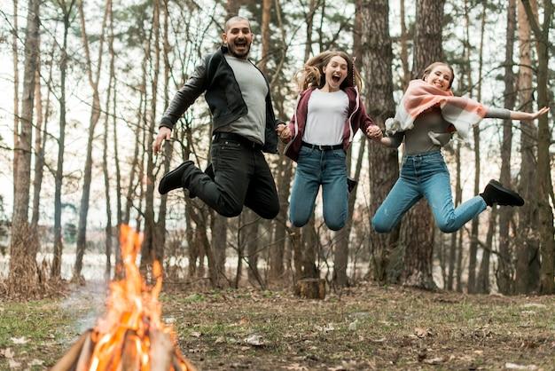 Vrienden samen springen Gratis Foto