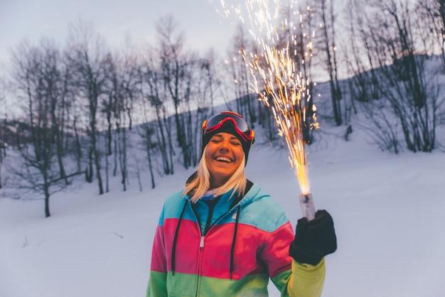 Vrienden spelen op de bergen, vieren en plezier maken Premium Foto