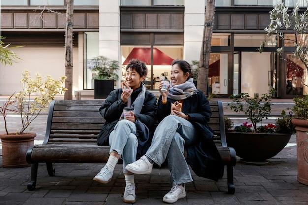 Vrienden tijd samen buiten doorbrengen Premium Foto