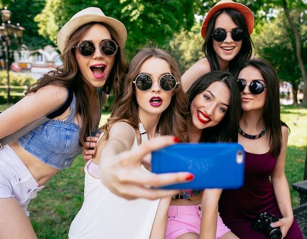 Vrienden van het krijgen van een foto Gratis Foto