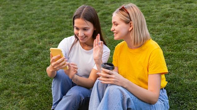 Vriendinnen die buiten gebarentaal gebruiken Premium Foto