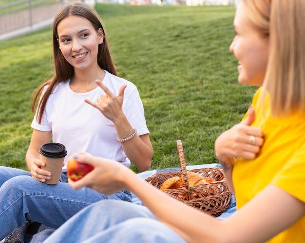 Vriendinnen die gebarentaal gebruiken Gratis Foto