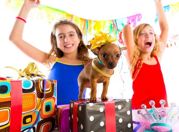 Vriendinnen feest dansen met cadeautjes en puppy Premium Foto