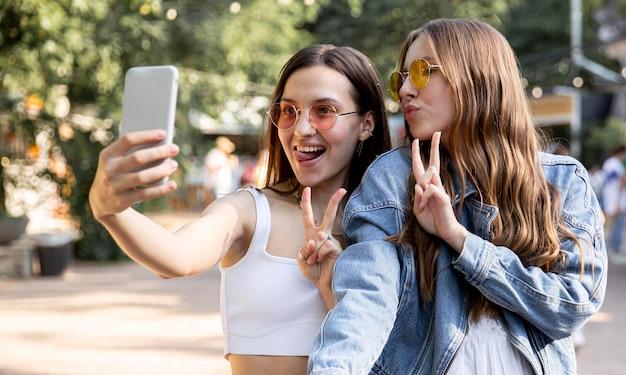 Vriendinnen nemen selfie samen Gratis Foto