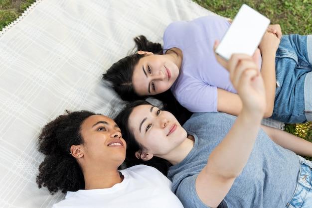 Vriendinnen plezier in het park tijdens het nemen van selfie Gratis Foto
