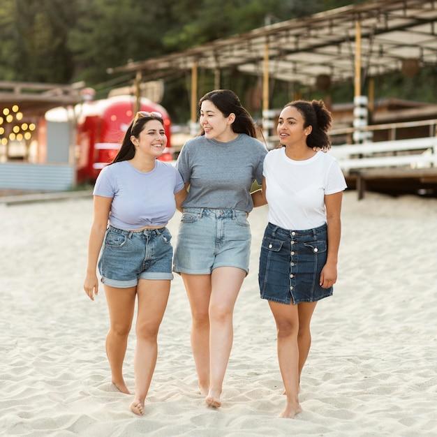 Vriendinnen samen op het strand Gratis Foto