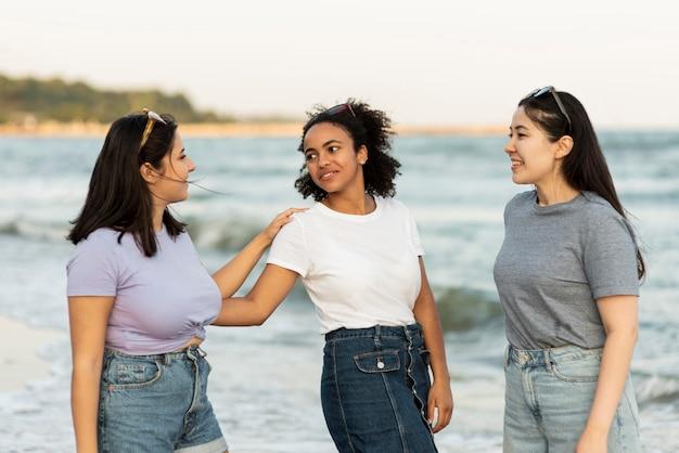 Vriendinnen samen plezier op het strand Premium Foto