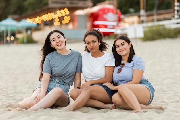 Vriendinnen samen poseren op het strand Gratis Foto