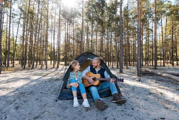 Vriendje akoestische gitaar spelen lange weergave Gratis Foto
